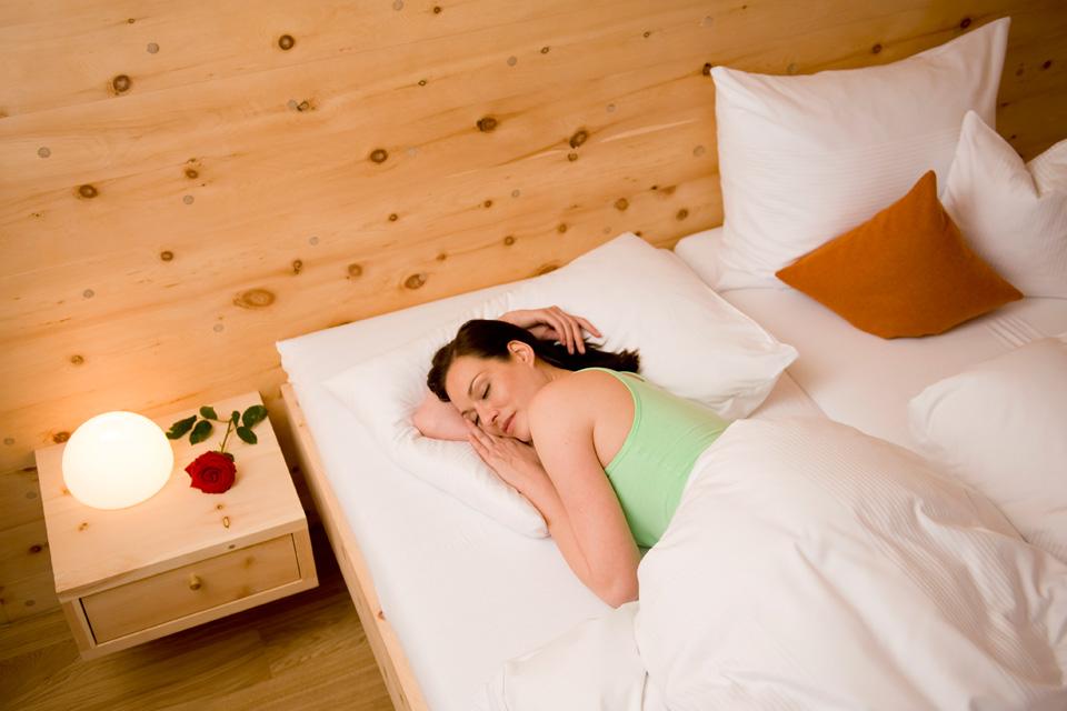 Mattlihüs Holz100 Zimmer mit Zirbenbett